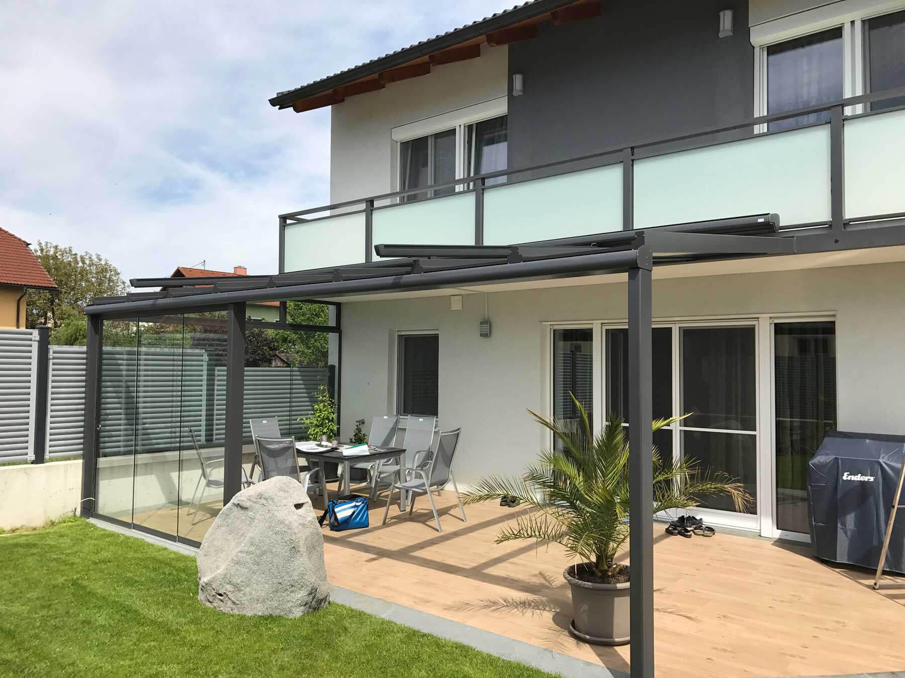 Terrassendach grau mit Wintergartenbeschattung