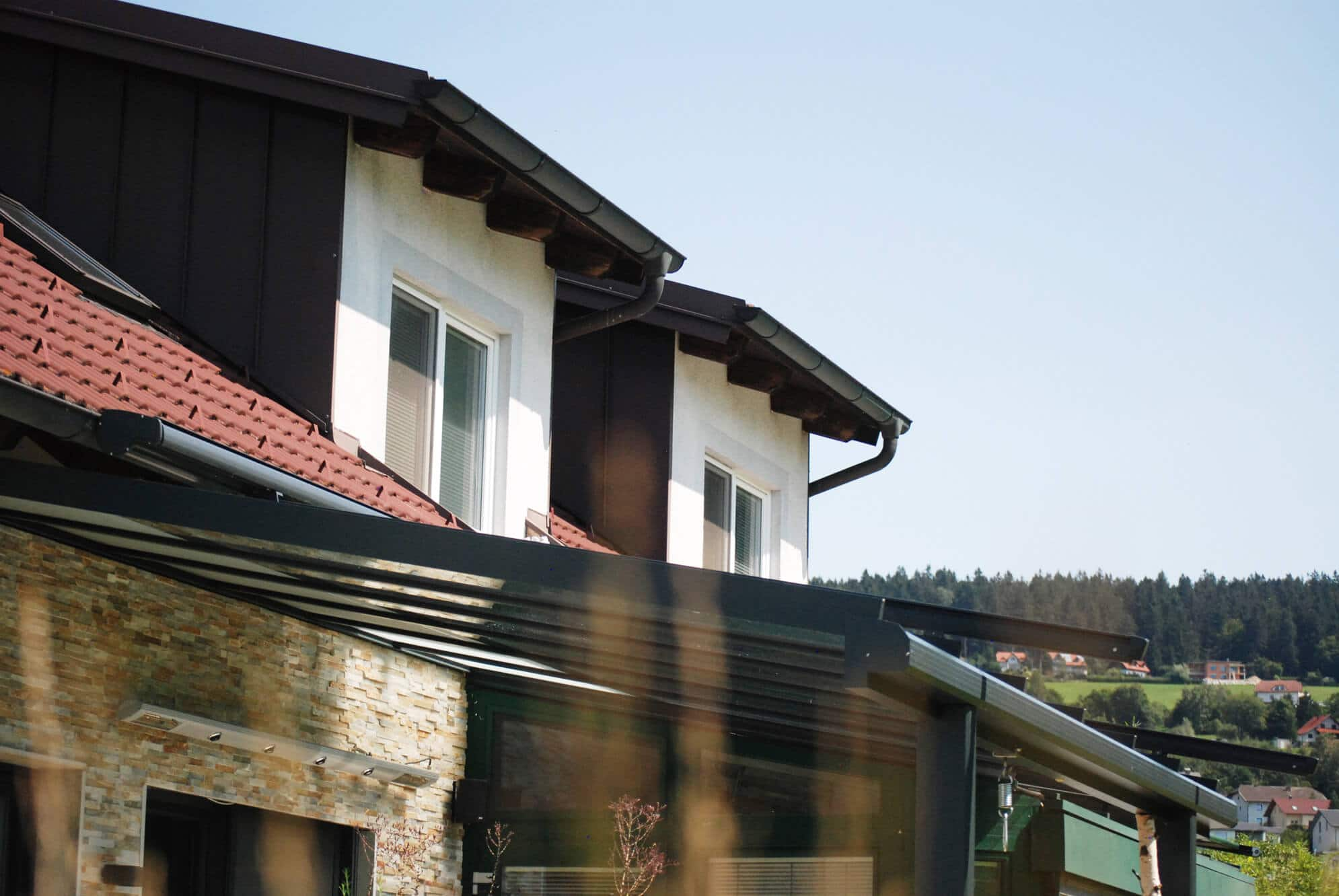 Terrassendach in anthrazit mit Heizung an Wand montiert
