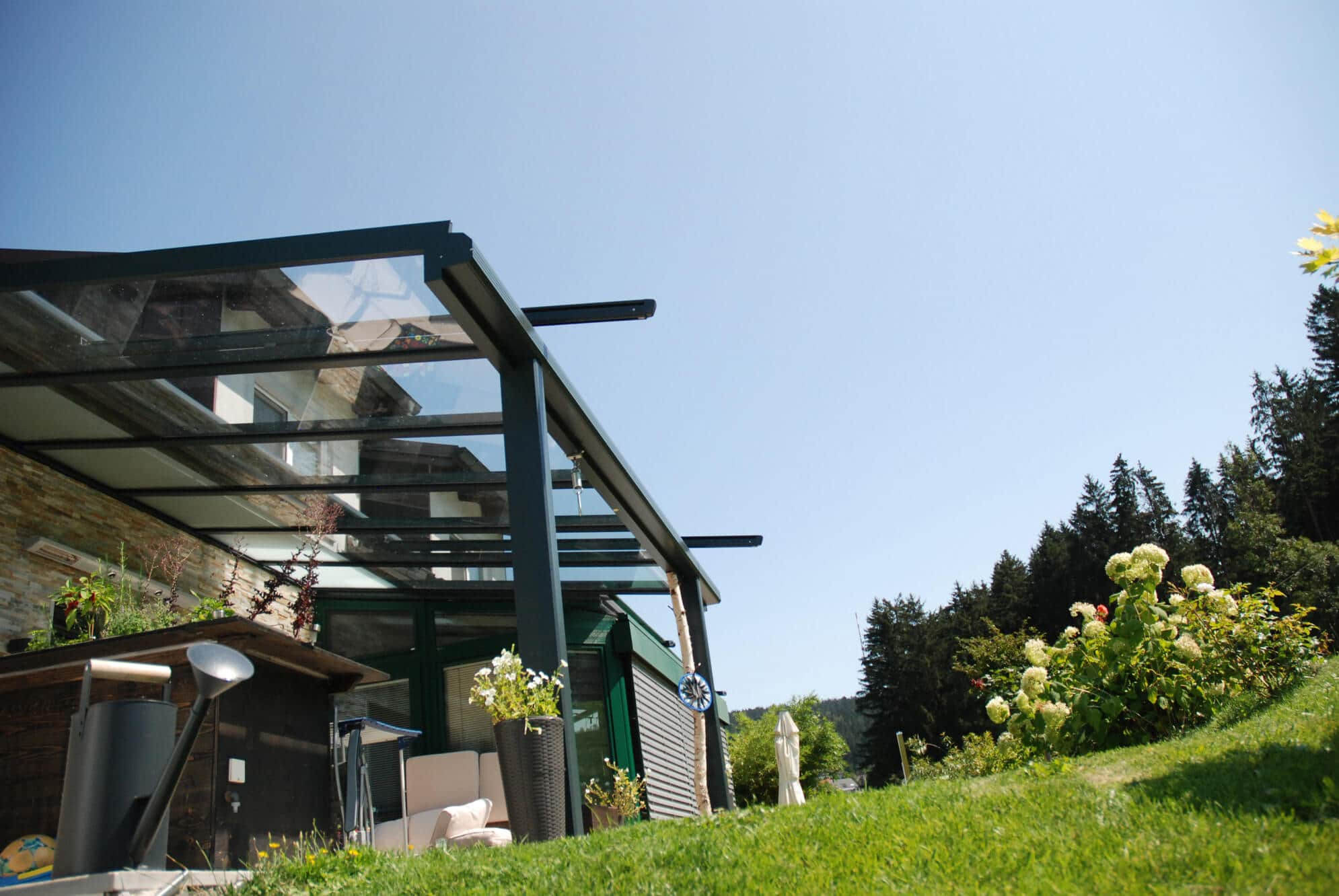 Terrassenüberdachung befestigt an Hauswand in anthrazit RAL 7016