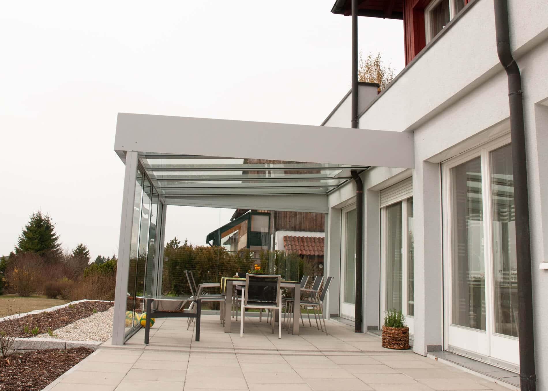 Terrassenüberdachung mit Glas schließen