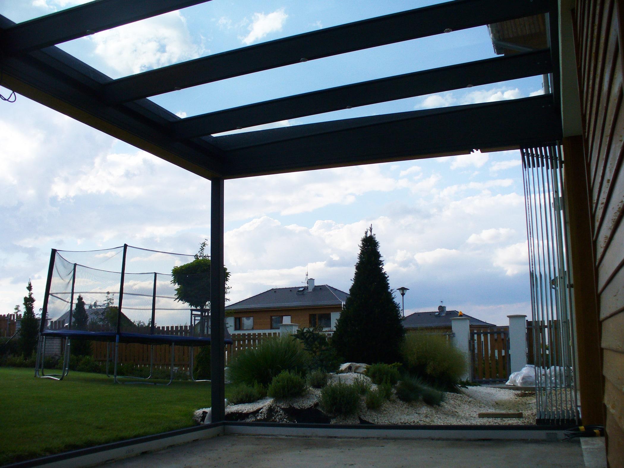 Terrassenüberdachung mit Schiebe-Dreh-Seitenwänden in Pregarten / OÖ