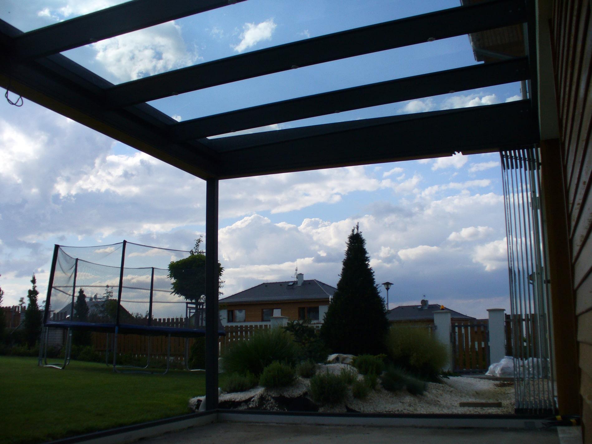 Terrassenüberdachung mit Seitenwänden auf Paket zusammen geschoben