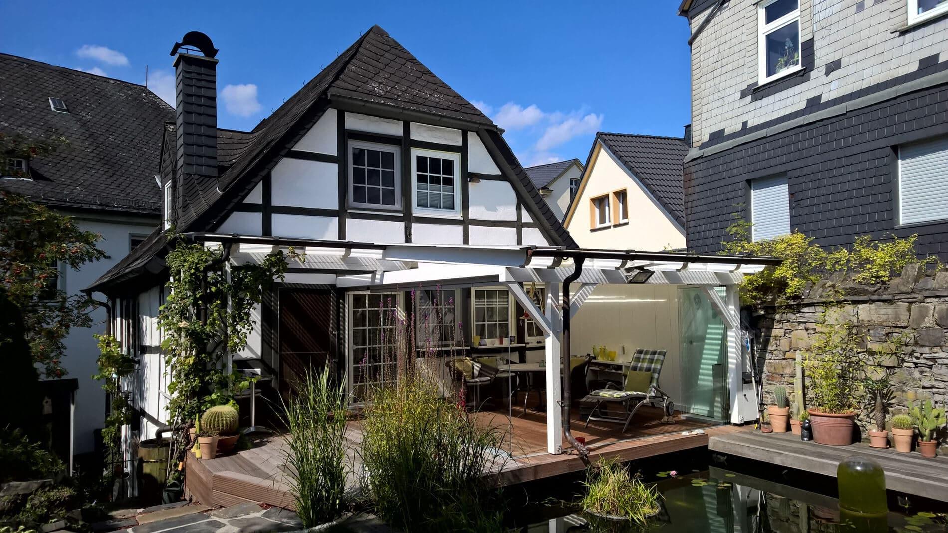 Terrassenüberdachung mit seitlichen Verglasungen Schiebe-Falt-Wände