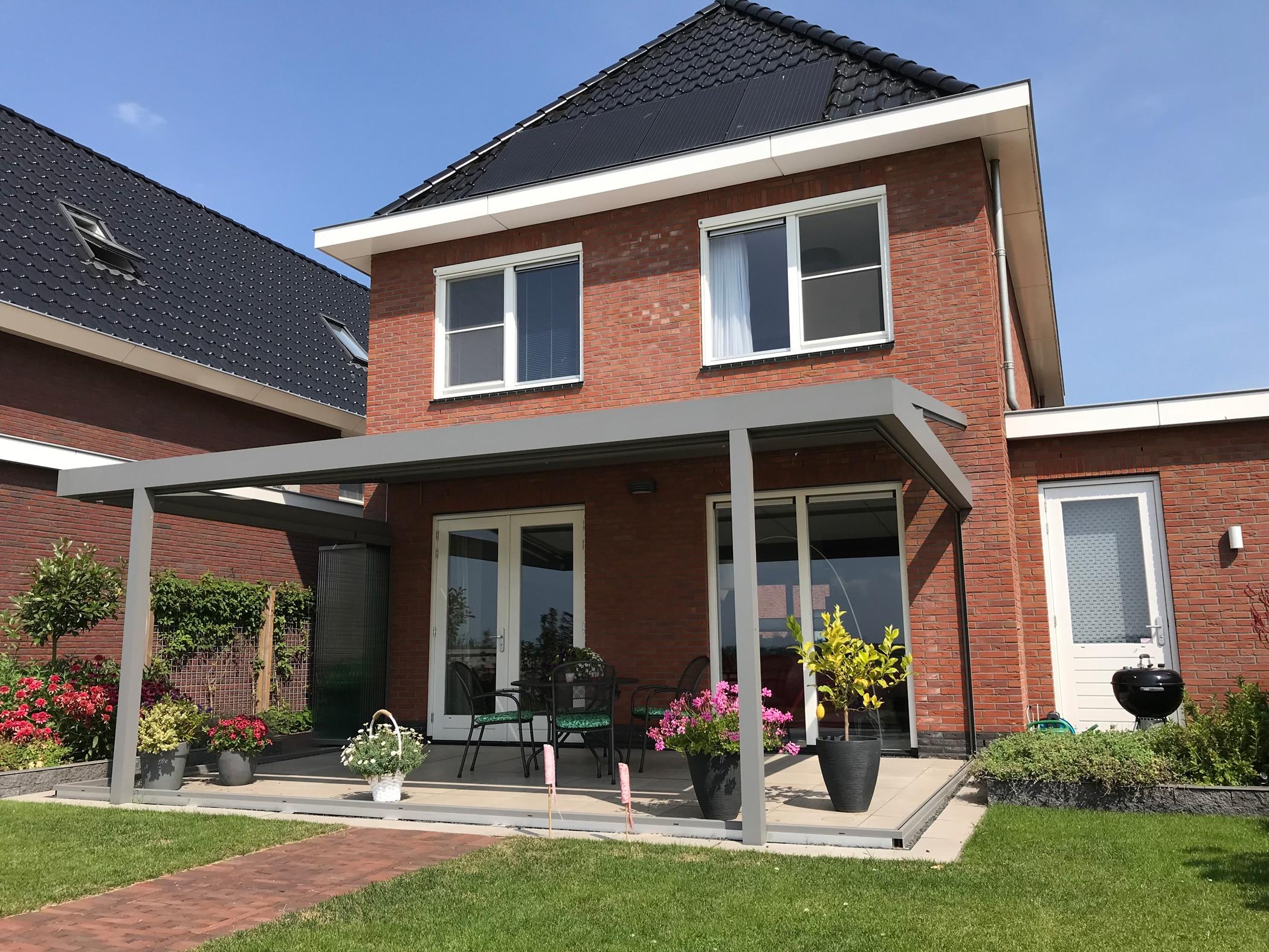 Terrassenüberdachung mit Sunflex Schiebe-Dreh-Elementen verglasen