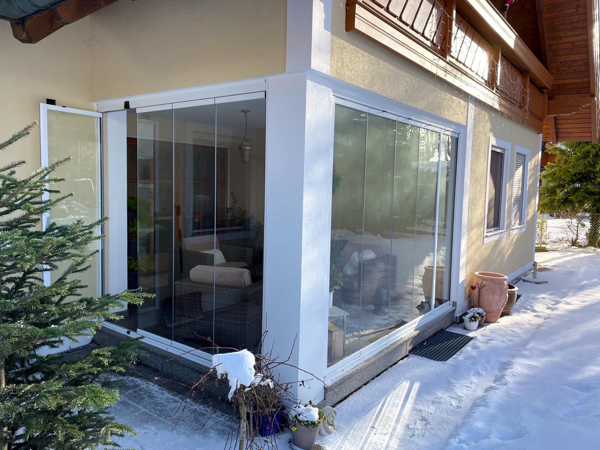 Terrassenverkleidung mit Glastüren