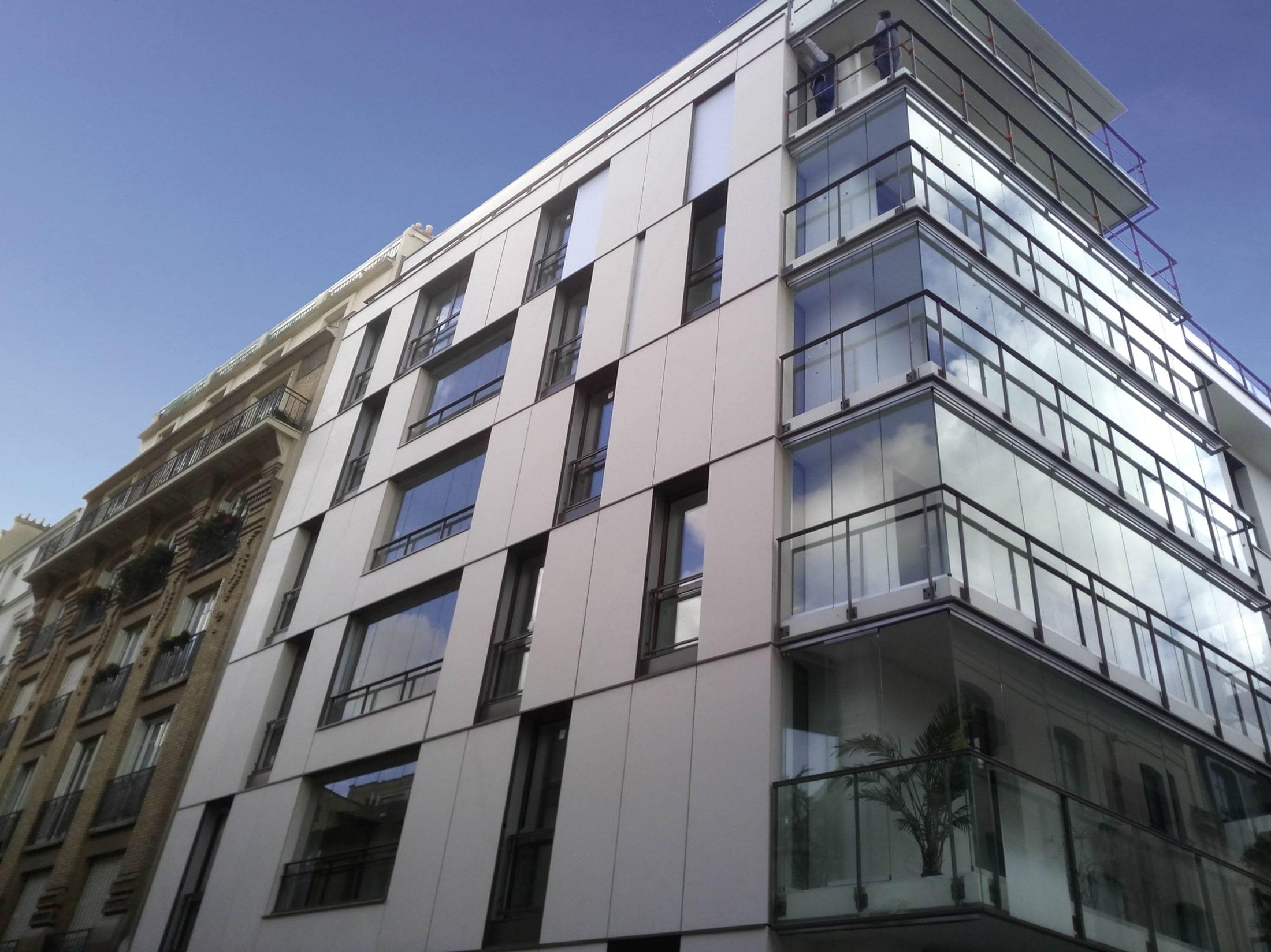 Transparenter Windschutz für Balkon zum Öffnen