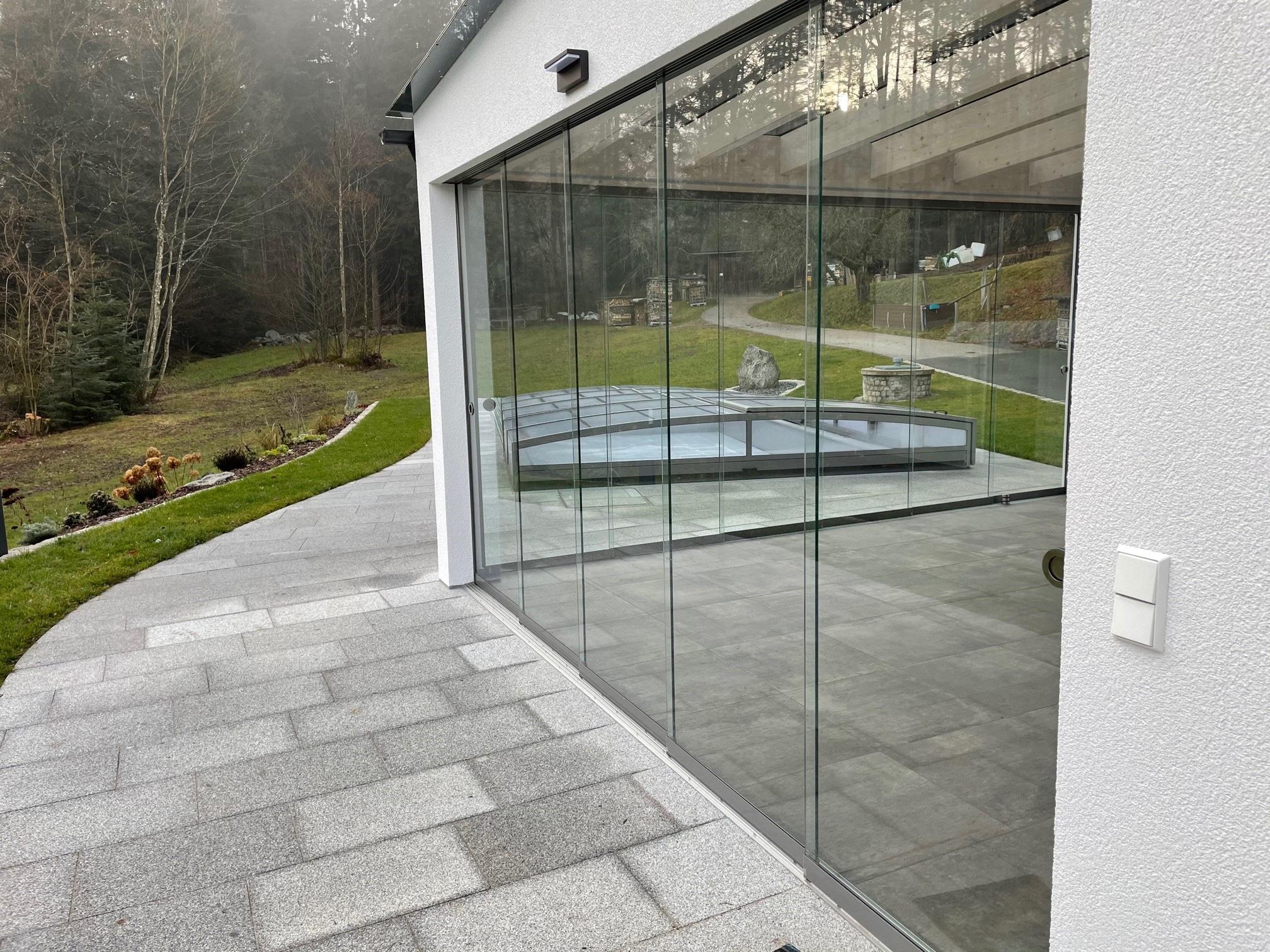 Überdachte Terrasse mit Seitenwänden schließen