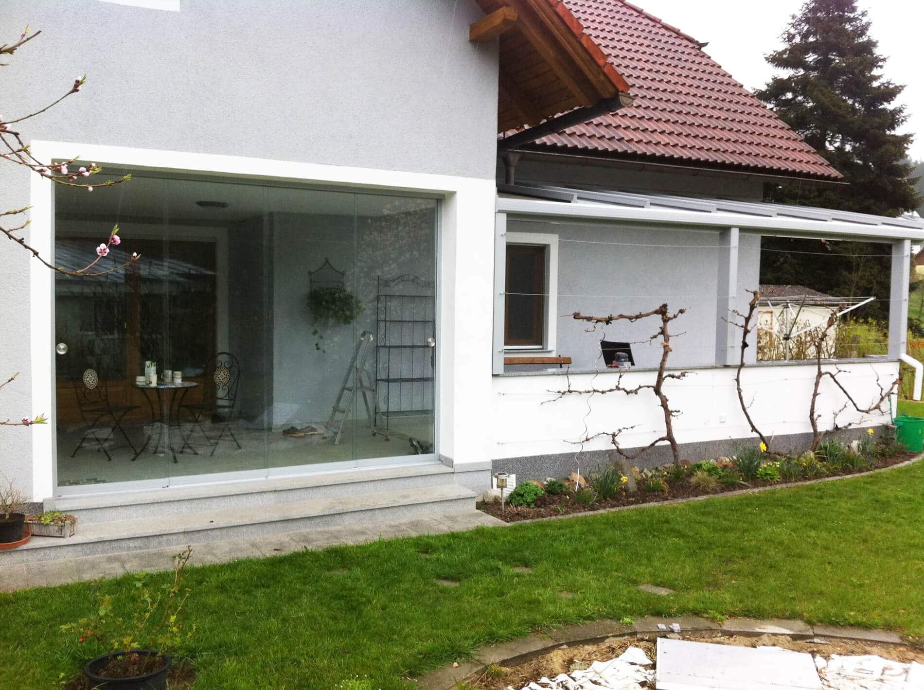 Überdachung mit Glasdach und Glasschiebetür