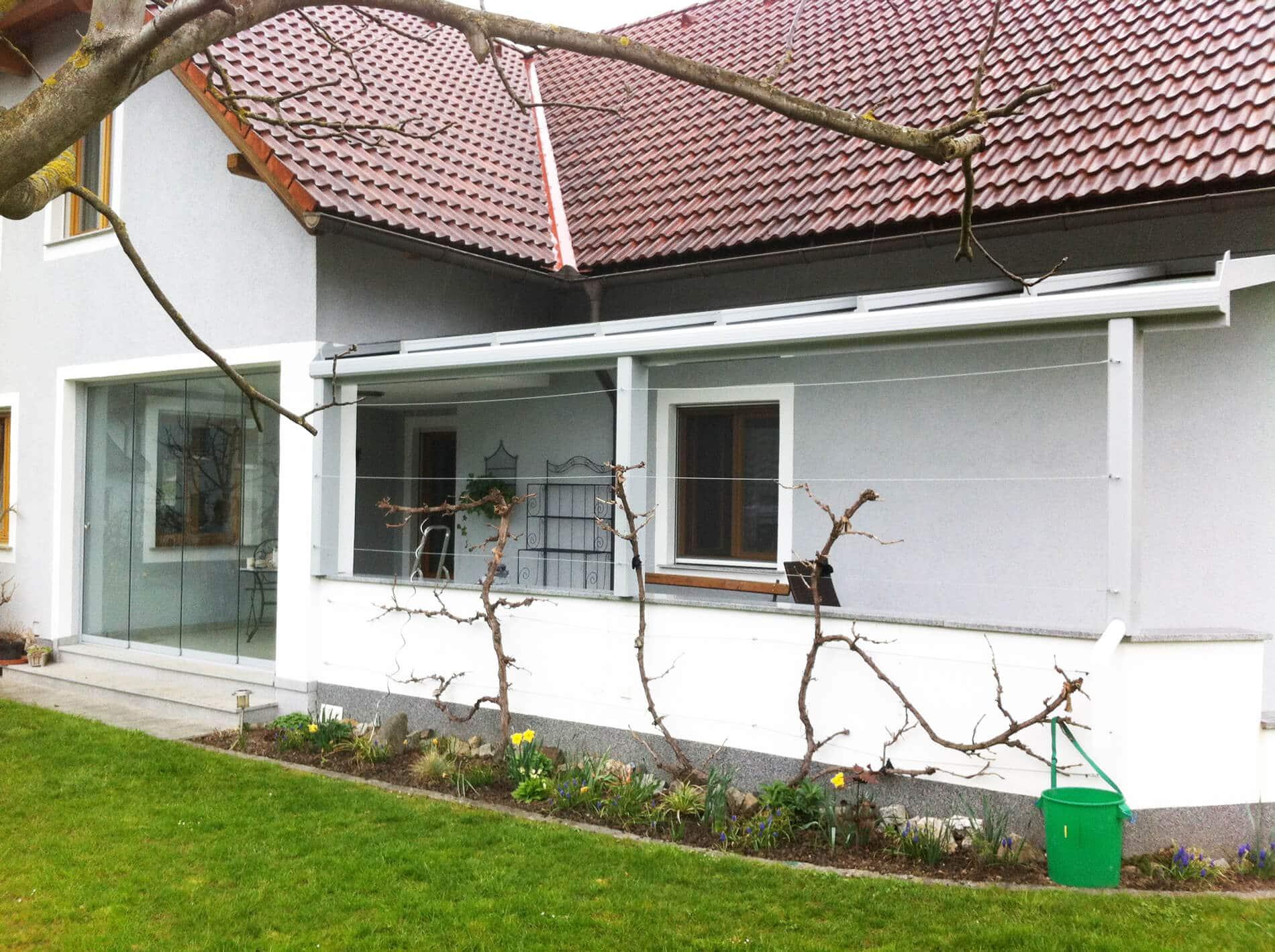Überdachung mit Windschutz aus Glas