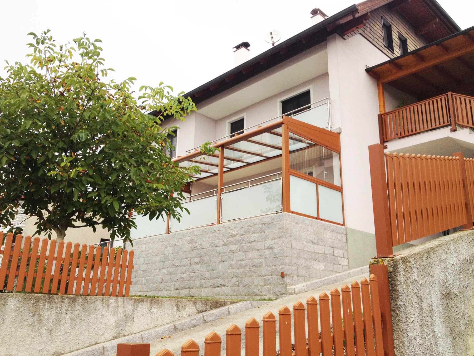 Unter Balkon Montage einer Terrassenüberdachung