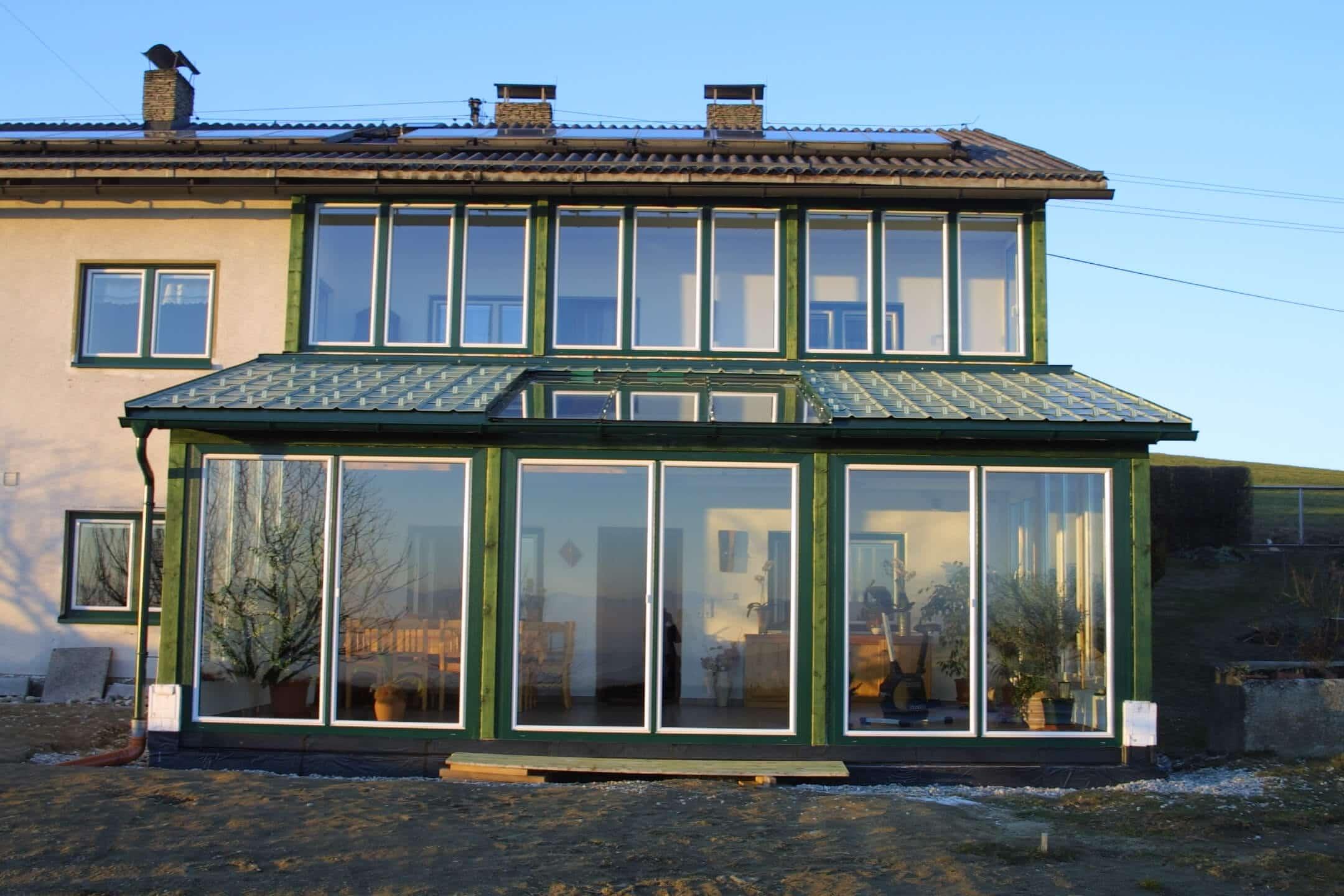 Vorderansicht Wintergarten Rahmen grün / Flügel weiß