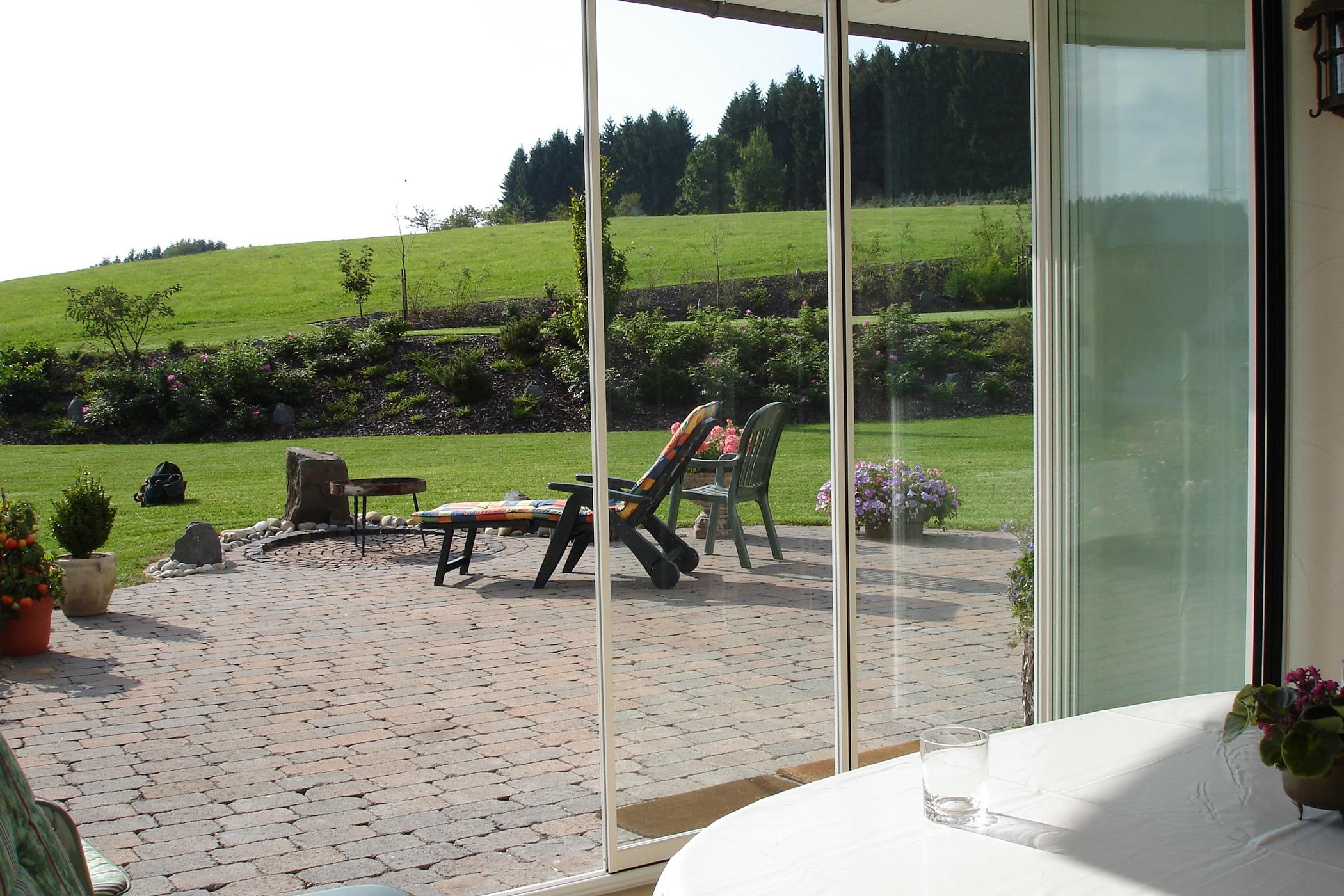 Windgeschützter Bereich auf der Terrasse mit Schiebe-Dreh-Türen