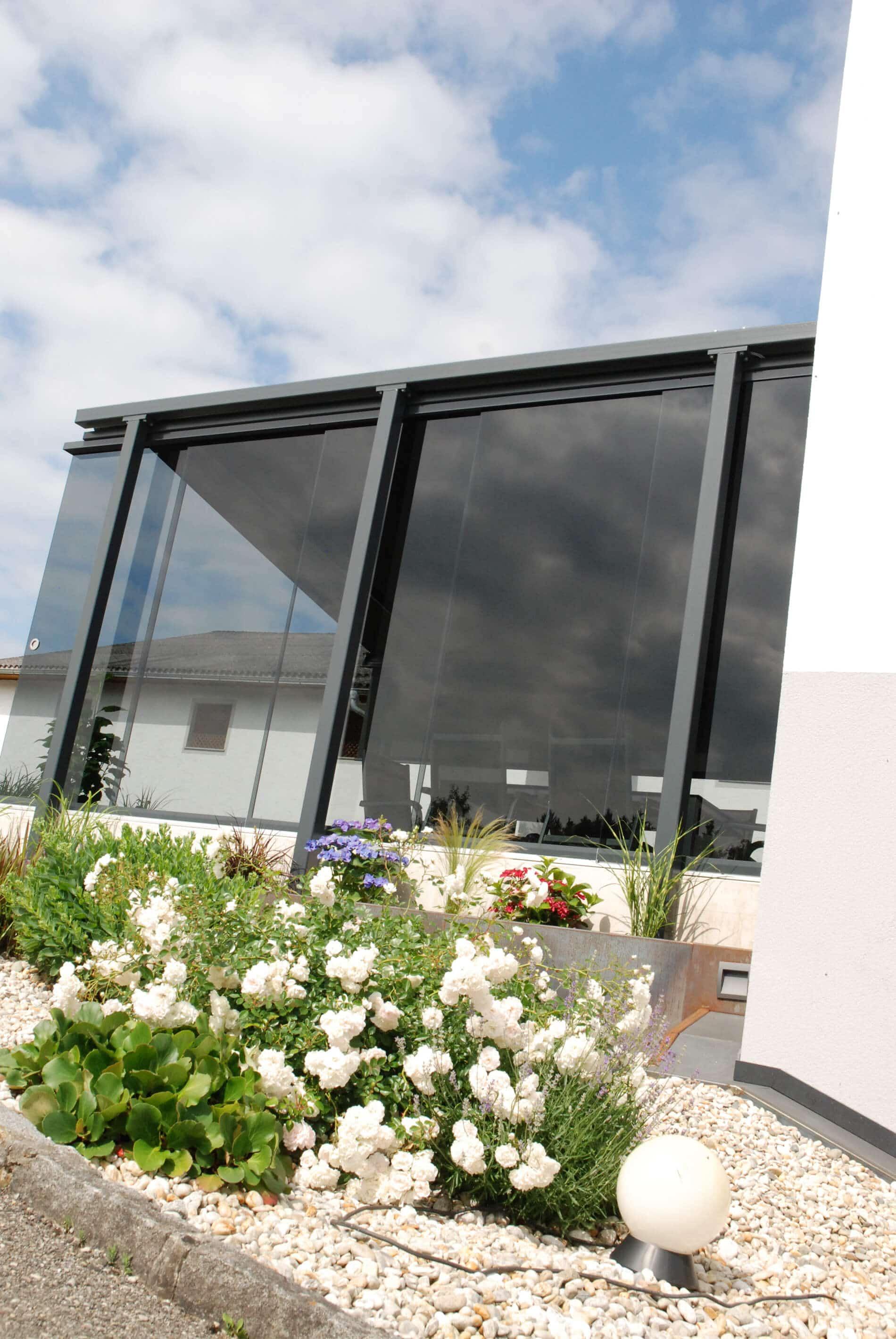 Windschutz freistehend mit flexiblen Glasschiebetüren