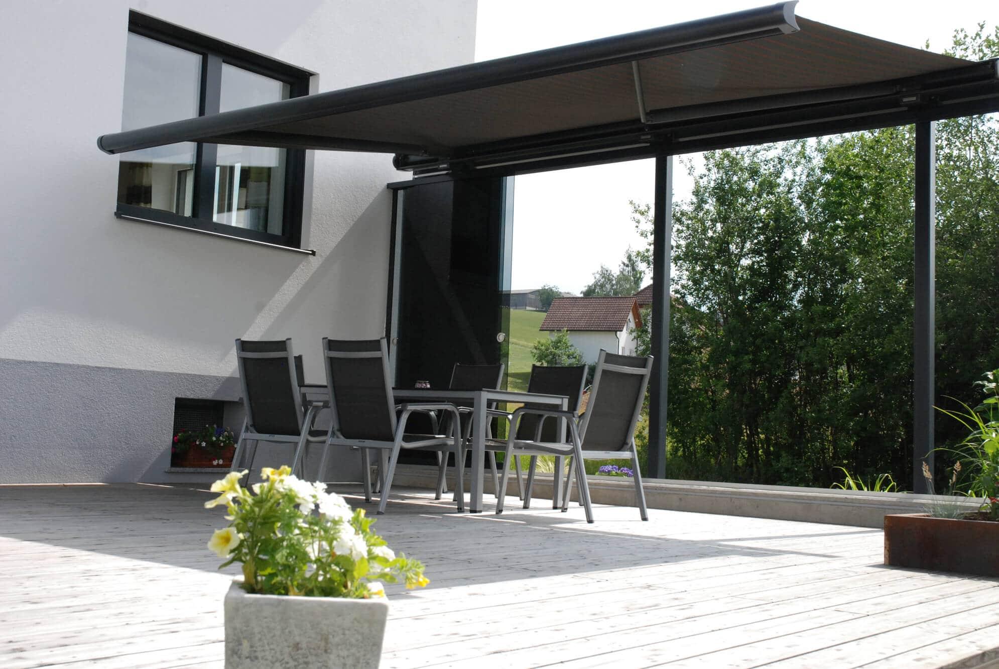 Windschutz Glas und Sonnenschutz