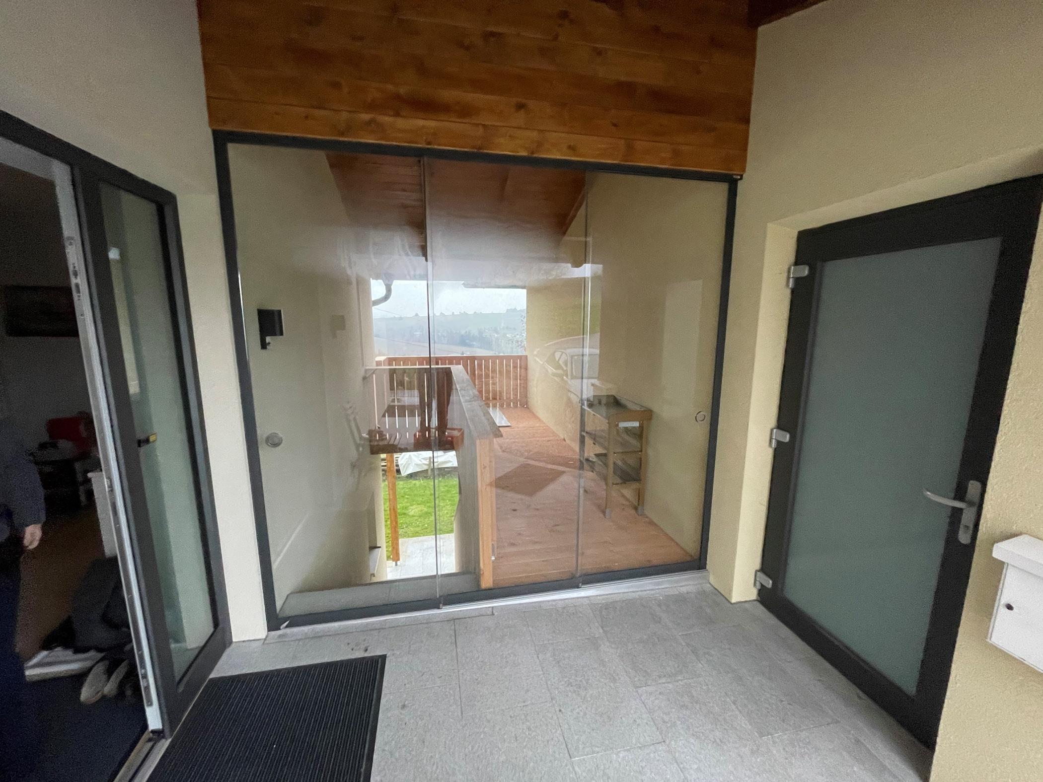 Windschutz Terrasse Glas schiebbar nach Maß