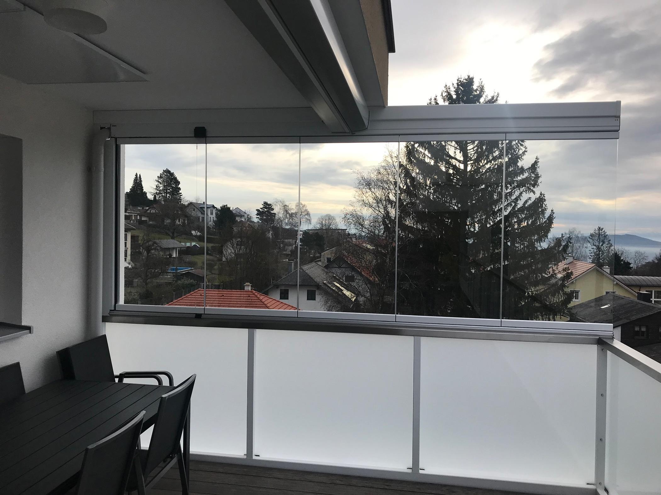 Windschutz zum Wegklappen auf Balkon
