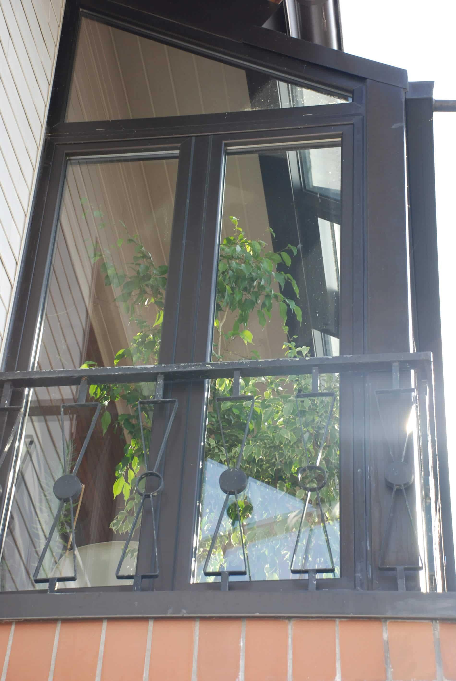 Wintergarten auf Balkon - Wärmeschutzglas - Farbe dunkelbraun