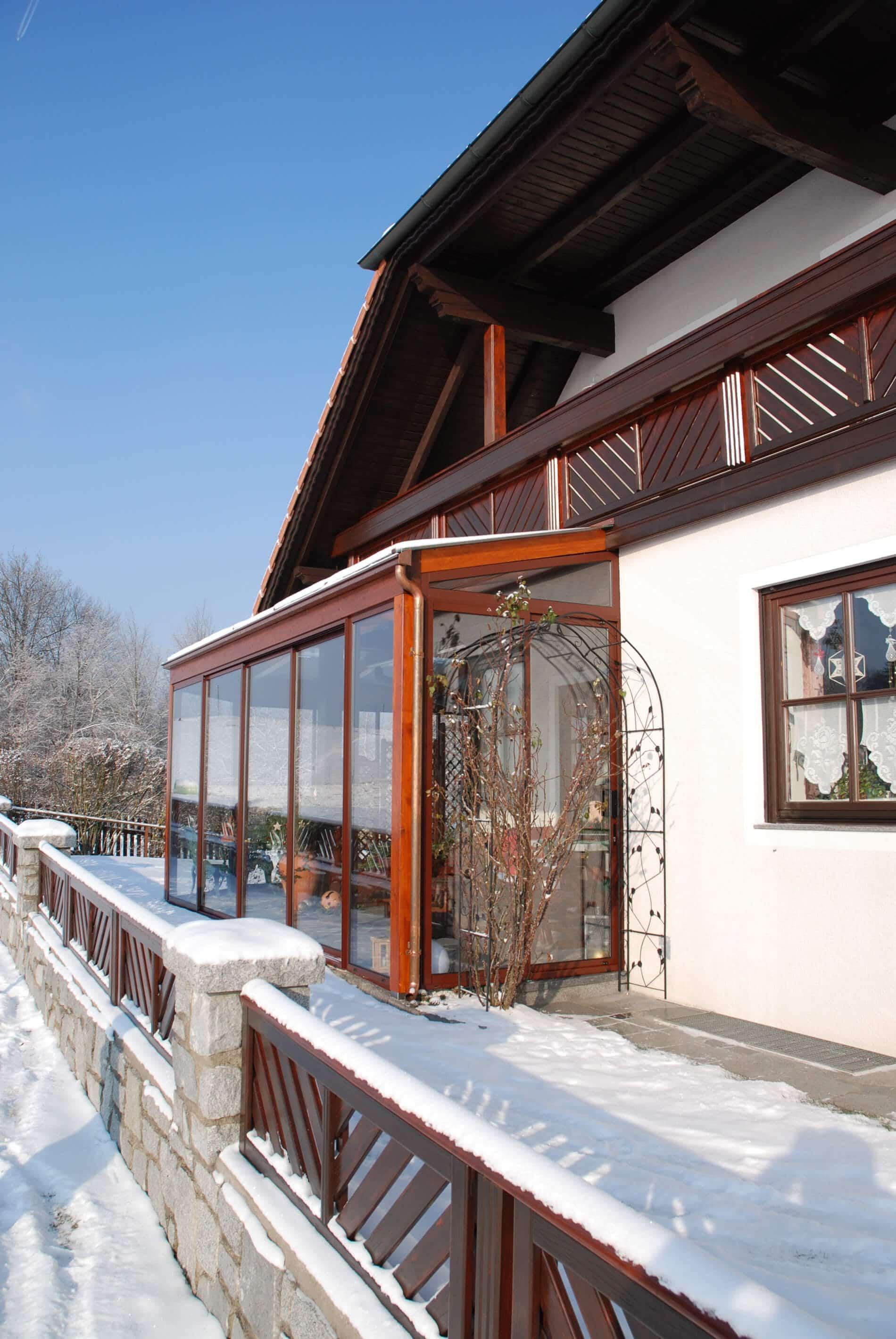 Wintergarten mit braunen Schiebewänden