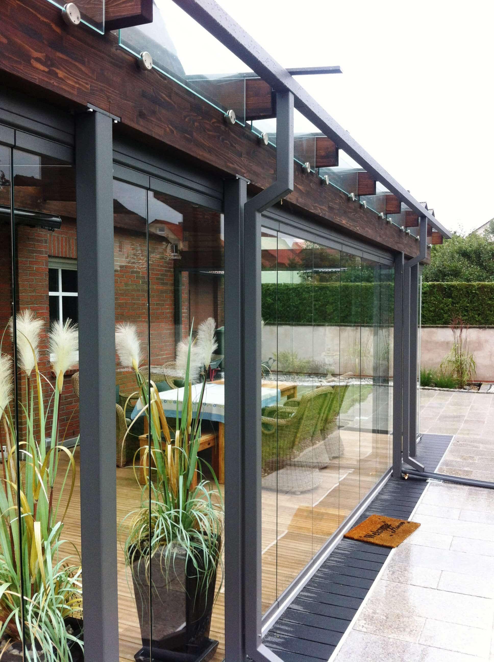 Wintergarten mit transparenten Türen