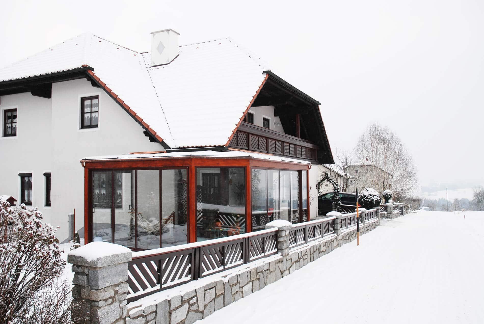 Wintergarten RAL 8019 mit Schiebeverglasungen