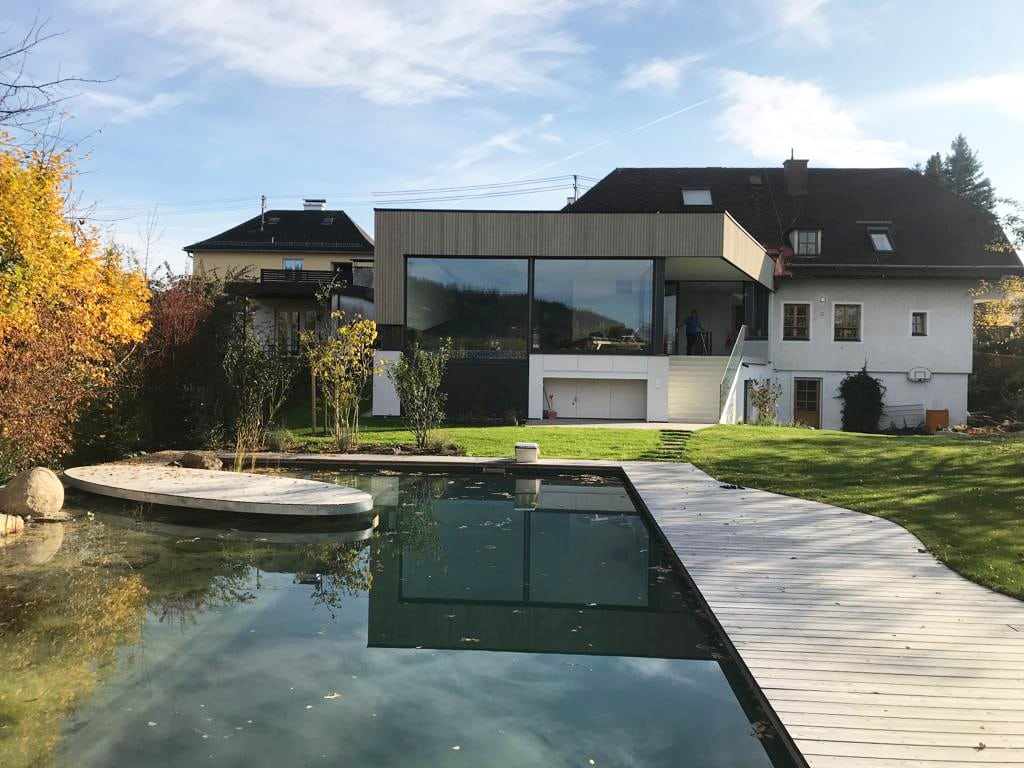 Zubau an Einfamilienhaus - Poolhaus mit großen Verglasungen